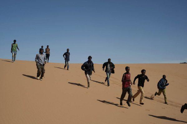 Giulio Piscitelli, Deserto del Sahara, confine tra Egitto e Libia, maggio 2014. Profughi eritrei in viaggio attraverso il deserto dopo essere stati salvati da una brigata locale.