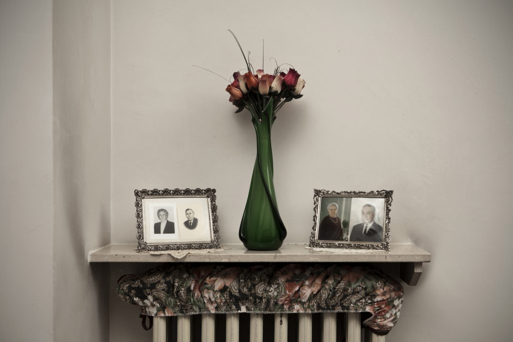 Tommaso Ausili, Interno della casa di Italo Ferrero, ex operaio Eternit e di sua moglie Paola Parodi. Le fotografie ritraggono il padre e la madre, operai, entrambi morti per meotelioma